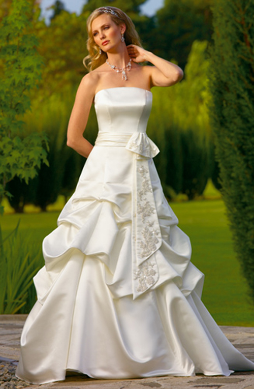 Beautiful strapless wedding dress with wavy skirt